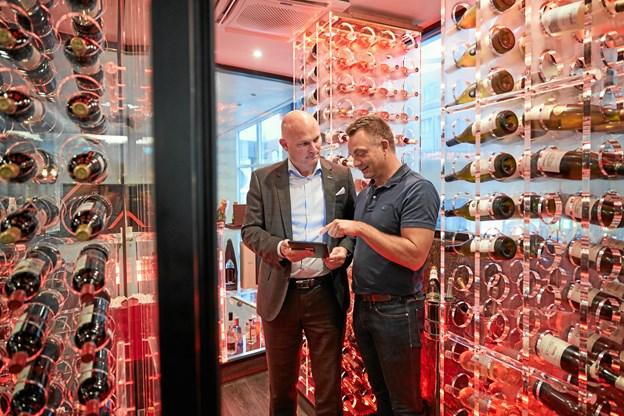 Direktør Thomas Byrdal fra Casino Aalborg og projektleder Jesper Hermansen fra Nordelektro i det intelligente belyste vinrum.  Privatfoto Privatfoto