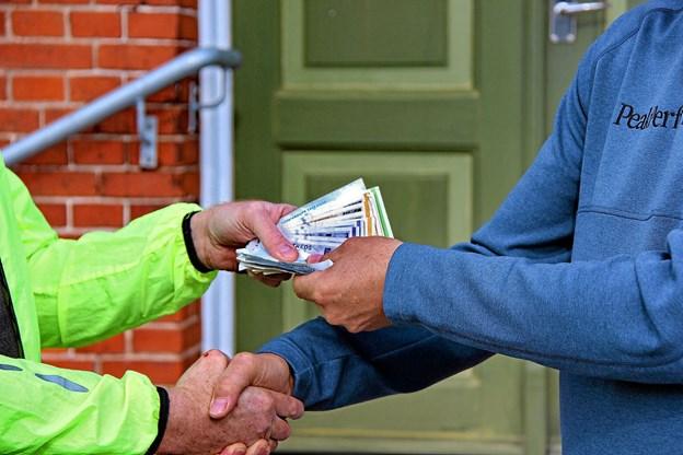 Så er pengene i sikre hænder. Foto: Hans B. Henriksen