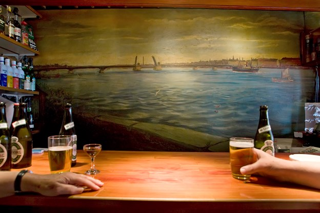 Mange aalborgensere, turister og andet godtfolk har igennem de seneste ca. 80 år slukket deres tørst på værtshuset samtidig med, at de kunne nyde udsigten til broen på vægmaleriet. Arkivfoto: Martin Damgård
