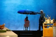Fortæller om teaterforestilling om Poul Anker Bech