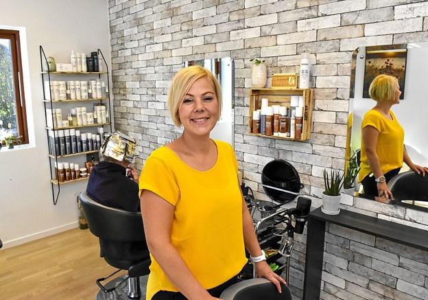 Karina Kristensen er tilbage hvor hun elsker at være: som frisør. Hun har åbnet salon Karina K på Bavnhøj i Tilsted.Foto: Ole Iversen