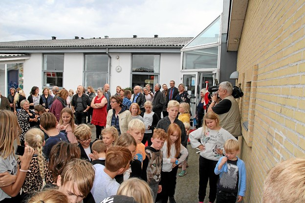 Alle var samlet uden for skolen, inden teksterne skulle gemmes væk.