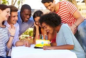 Hold en sjov fødselsdagsfest for dine venner