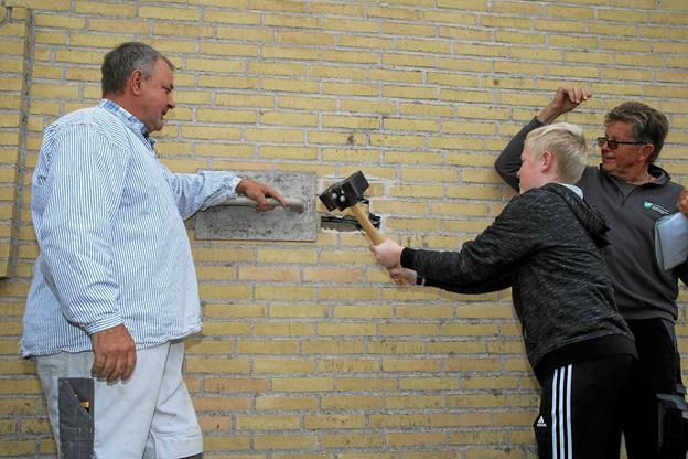 Der blev slået hul i muren. Det var Oliver Sletting Fischer fra 5. klasse, som bankede hul i muren til tidskapslen.