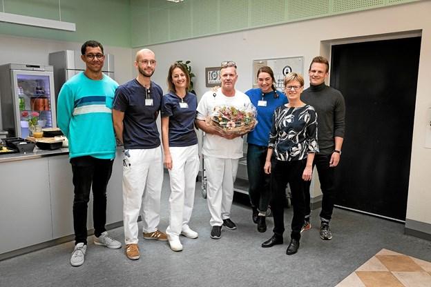 Henrik Jensen og Ulla Astmann med en stribe af de unge læger, der har haft gavn af Henrik Jensens initiativ. Foto: Lars Dahl