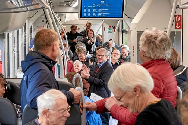 Borgmester Arne Boelt stod på toget i Sindal og til hans store overraskelse befandt han sig ?lige midt i et syngende kor. ?Foto: Niels Helver