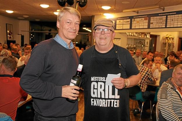 Michael Berg modtager her en flaske snaps på vegne af Jetsmark IF´s førsteplads i turneringen af Palle Gyldenløve.