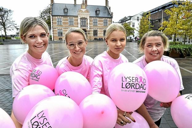 Butikkerne går i lyserødt, når 300 balloner smides ud fra taget af shoppingcenteret. Foto: Ole Iversen
