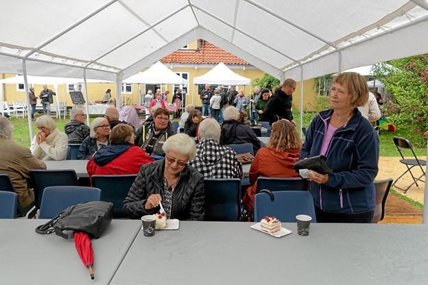 Ofte måtte gæsterne søge ly for de kraftige regnbyger. Foto: Niels Helver