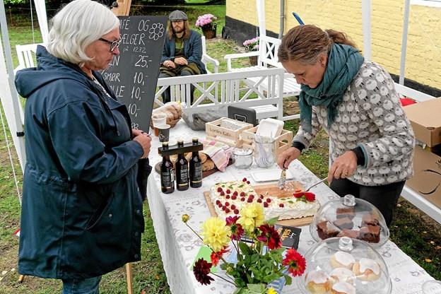 """Lørslev Café bød på den specielle """"Lørslev Kage"""" kreeret Liv Martine, der er kendt fra Den Store Bagedyst. Foto: Niels Helver"""