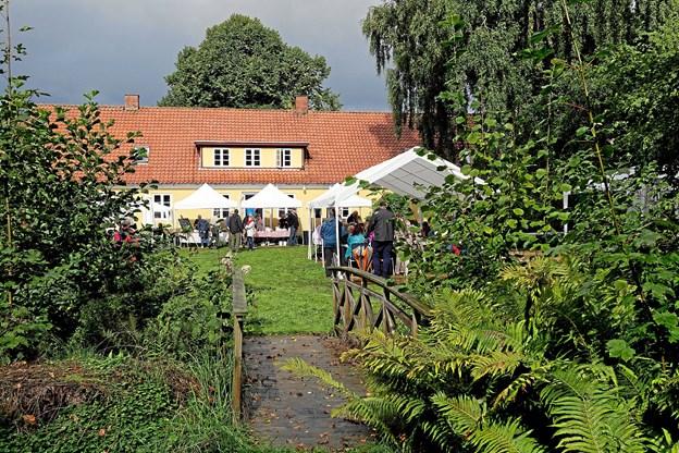 Den tredje Præstegårdsfestival blev afviklet i sol afløst af kraftige regnbyger, men det omskiftelige vejr betød intet. Der var stor tilslutning til festivalen med musik, mad og marked. Foto: Niels Helver