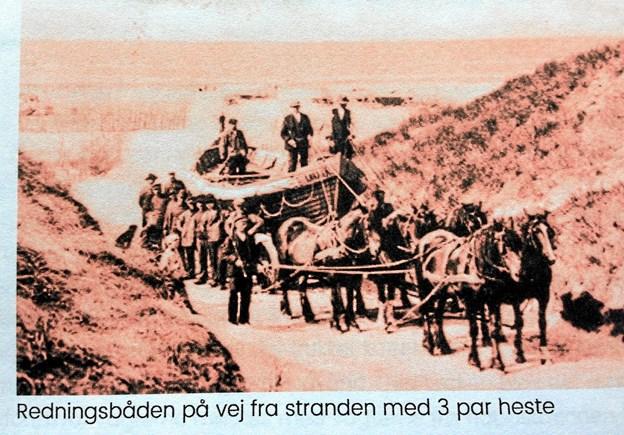 Redningsbåden på vej fra stranden med 3 par heste