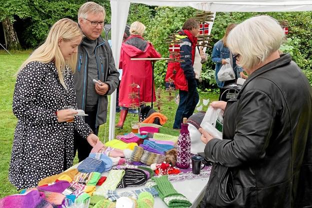 Søren Smalbro og datter ser på det store udvalg af strikkede huer, sokker og vanter. Foto: Niels Helver
