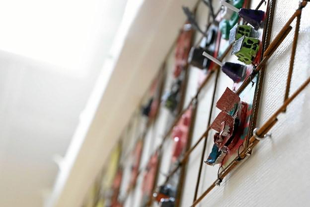 Det store værk består af små relieffer. Eleverne i indskolingen har kreeret hver deres. Foto: Allan Mortensen