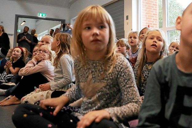 Hele indskolingen deltog naturligvis i fredagens fernisering. Foto: Allan Mortensen