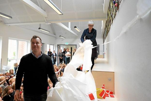 Skoleleder Anders Borkmann og viceskoleleder, Anni Pedersen afslørede værket Foto: Allan Mortensen