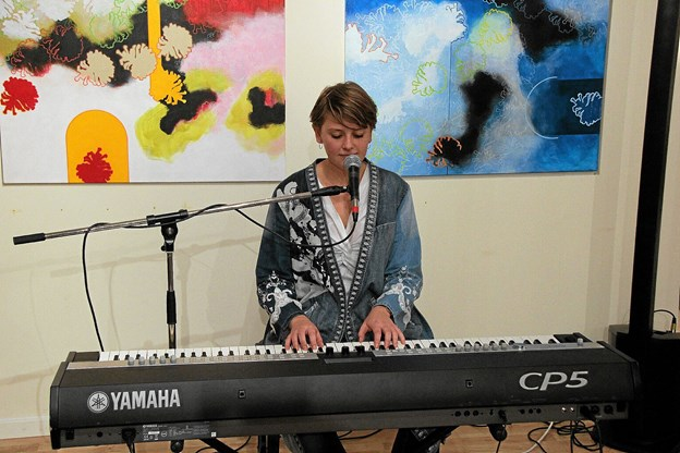 Line Gade stod for det musikalske og spillede og sang til smukke melodier. Foto: Hans B. Henriksen