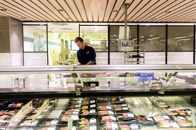 Kunderne har efter ombygningen mulighed for at kigge ind i slagterafdelingen, hvor slagterne fremtsiller varerne.