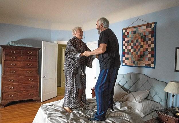 Hovedrollerne i The Wife spilles af Glenn Close og Jonathan Pryce, som her ses i en af filmens glædesscener.