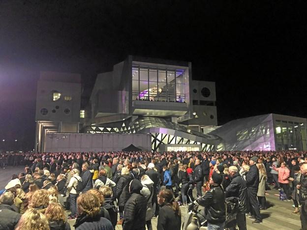 Tusinder er mødt op i Aalborg for at følge med i mindekoncerten for Kim Larsen.