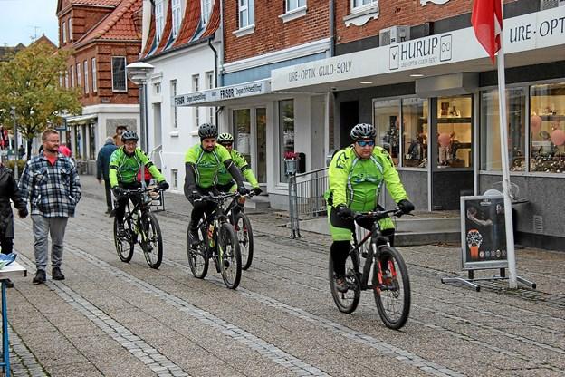 Der var meget trafik gennem gågaden når cykelrytterne passerede. Foto: Hans B. Henriksen