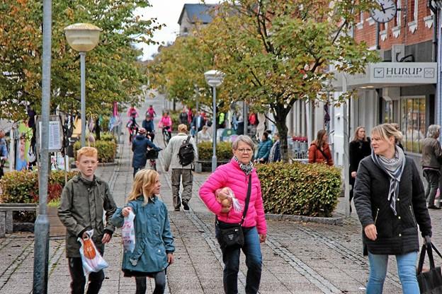 Lige som tiden gik kom der flere og flere mennesker i gaden. Foto: Hans B. Henriksen