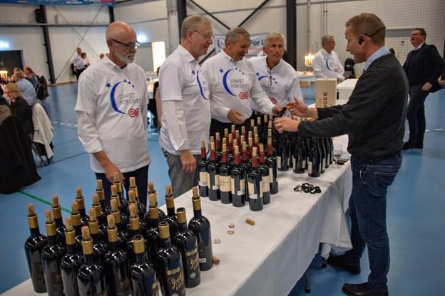 Menys vinsommelier, Jesper Hejlesen, præsenterede gæsterne for ti forskellige vine.
