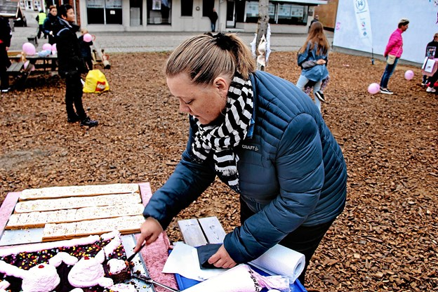 Masser af lækkert kage. Her skærer Vita Nielsen kage ud til en der var blevet lækkersulten. Foto: Hans B. Henriksen