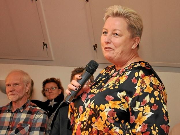 På sædvanlig suveræn vis informerer Margit Chemnitz de mange tilskuere om de mange større og mindre finesser ved konfirmationskjolerne. Foto: Ole Torp