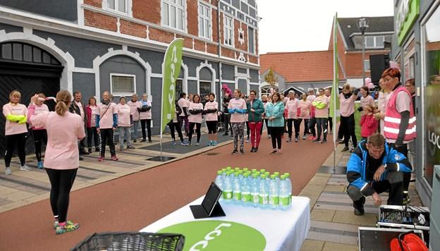 Fællesopvarmning til frisk musik i Torvegade ved LOOP Fitness. Foto: Mogens Lynge