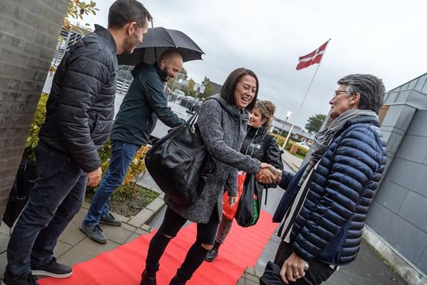 Afdelingsleder Lars Albrechtsen, skoleleder Mikael Lytken og viceskoleleder Ann Vinther Andersen står klar med håndtryk og ønsket om en god morgen. Foto: Nicolas Cho Meier