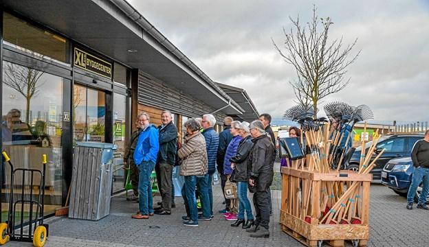 Inden Tømmergaarden åbnede kl. 18 var der kø udenfor. Foto: Mogens Lynge