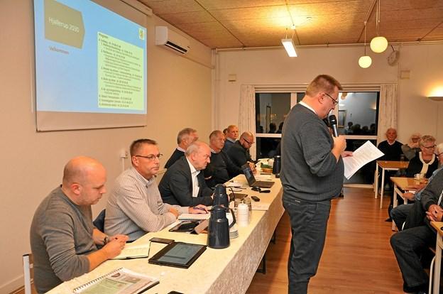 Stående foran aftenens panel understreger byrådsmedlem Dennis Kvesel, at sammenholdet i byen er absolut afgørende for en god udvikling i Hjallerup. Foto: Ole Torp