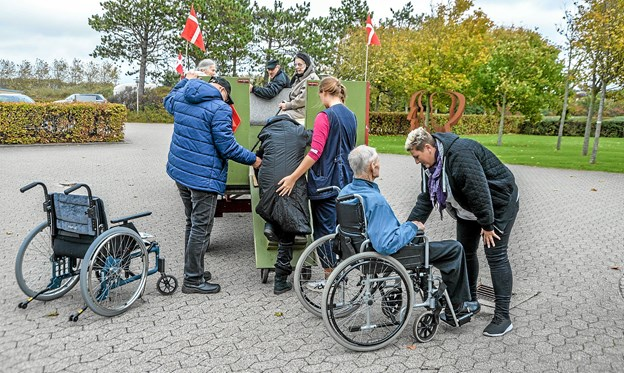Annika Viborg yderst th. havde arrangeret turen i hestevogn. Foto: Mogens Lynge
