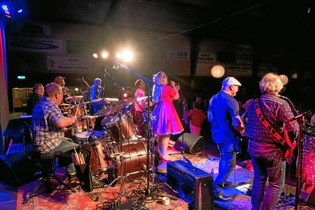 Begge Bands på scenen. Foto: Kristian Amby