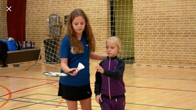 Esther får hjælp af Alberthe, sådan som det skal være i en velfungerende ungdomsafdeling.Foto: Martin Frandsen