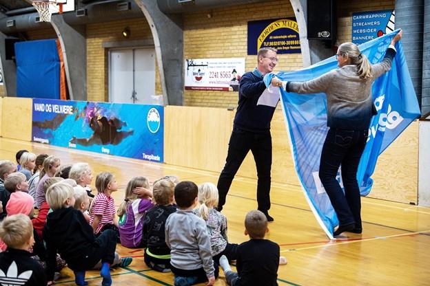 Direktør i DGI Nordjylland Birgitte Nielsen overrakte det blå bevægelsesflag til skoleleder Peter Otto Yde Thomsen.