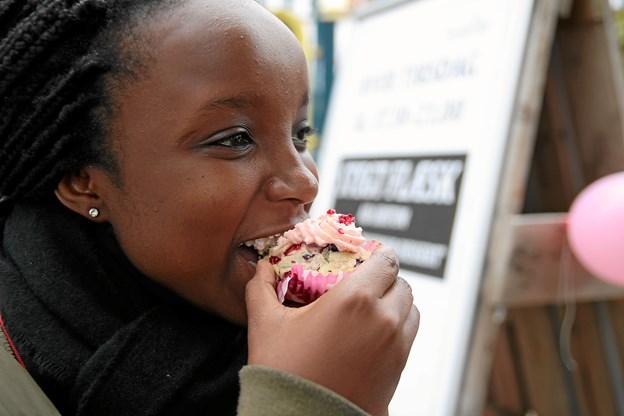 Natasha Akinyi Felicia Ogonda spiser en muffins for at støtte det gode arrangement. Foto: Flemming Dahl Jensen