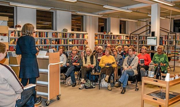 Cirka 20 interesserede var mødt op til 'Romaner og Rødvin' på Løgstør Bibliotek. Foto: Mogens Lynge