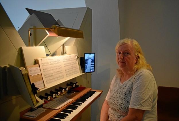 Birte Lønstrup ved orglet.