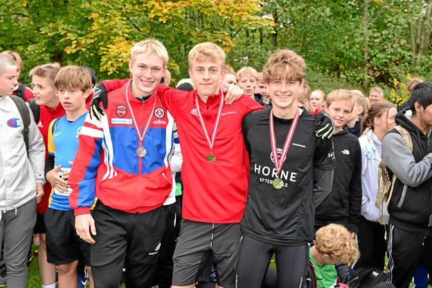 De tre hurtigste drenge  på den lange distance. Fra venstre er det Magnus Lynge Johansen og Jeppe Skipper, begge HCI, og til højre vinderen Andreas Horsholt fra Horne Efterskole. Privatfoto