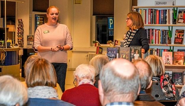 De to damer fra hhv. Farsø (Iben Jakobsen tv) og Aars (Alice Lund-Jensen th. fortalte om romaner, som de kunne anbefale. Foto: Mogens Lynge