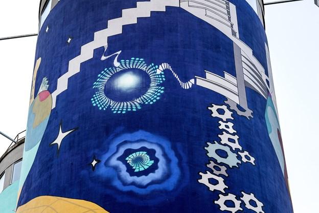 Der er tale om et særdeles farvestrålende murmaleri med mange nuancer - og især  blå og turkis er gennemgående farver.
