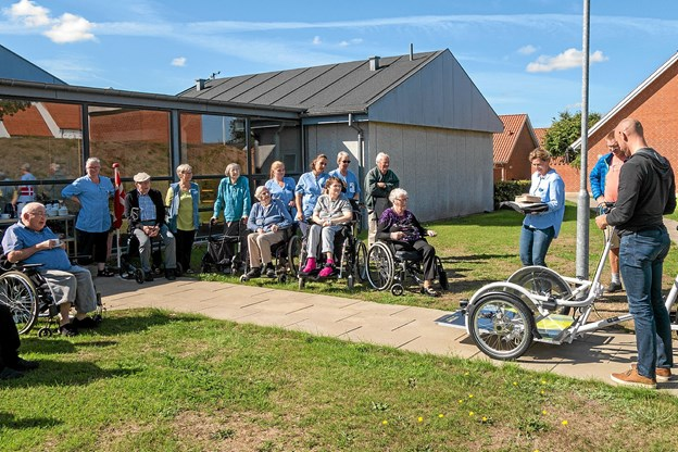 Isabel Borup præsenterer den nye cykel for brugerne og personalet. Foto: Niels Helver