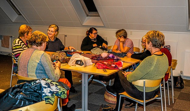 I et hyggeligt lokale med skråvægge holder strikkeklubben til. Foto: Mogens Lynge
