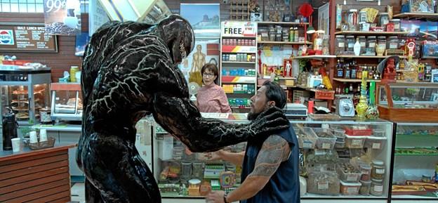 En grim karl at rende ind i - rumvæsenet Venom.