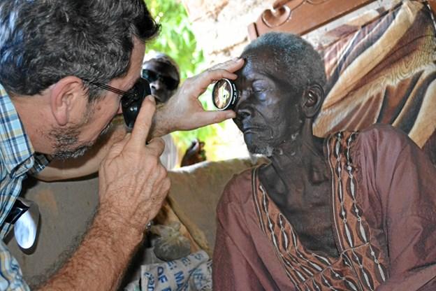 Alle afrikanere eller nepalesere, som hjælpes med et par nye briller, får tjekket deres syn, inden de får udleveret briller. Privatfoto