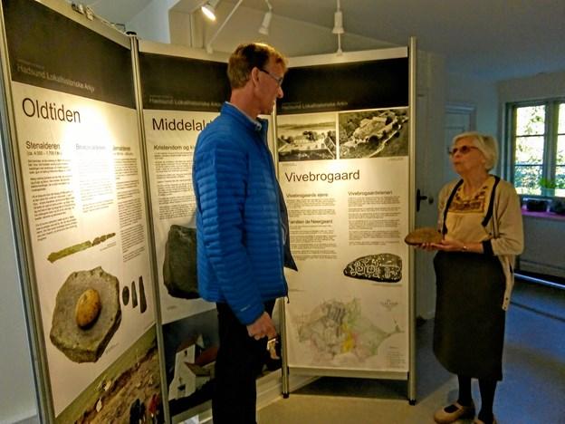 Bag sommerudstillingen stod Hadsund Museumsforening & Lokalhistorisk Arkiv. Birte Overgaard overrækker en kopi af Vivebrogaardstenen til ejeren Aksel Fagernæs. Foto: Pia Karstens.