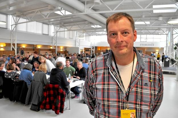 Koordinator Kristian Holme Andersen var vært for 200 folkeskolelærere på EUC Nord, hvor de skulle se de mange værksteder og prøve håndværkene med egne hænder. Foto: EUC Nord