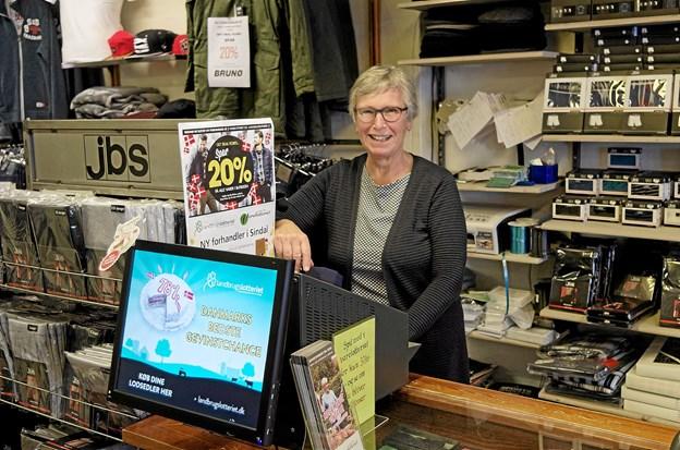 Lotterikollektrice Jette Rømer glæder sig til at betjene kunderne med Landbrugslotteriets og Varelotteriets populære spil. Foto: Niels Helver